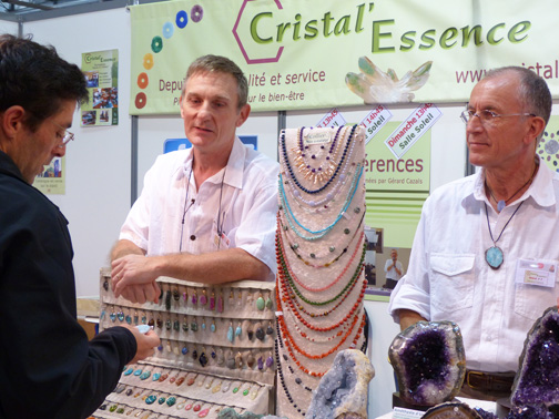 Didier et Gérard aident un client à choisir