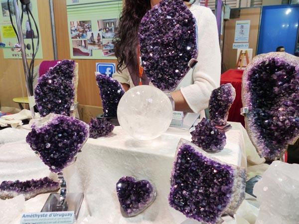 Les Améthystes avec une sphère de cristal de roche