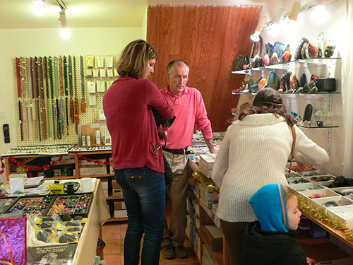 Gérard Cazals et des clients dans Showroom à Vallesvilles